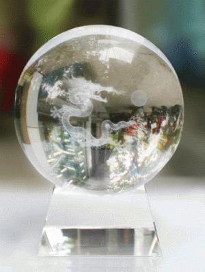Đặt trên bàn một quả cầu phong thủy giúp cải thiện tài vận cho giám đốc hiệu quả